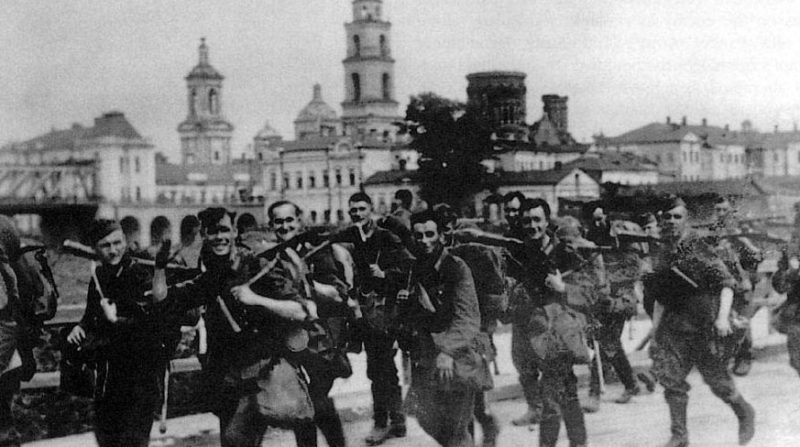 Немецкие войска входят в город. 5 октября 1941 г.