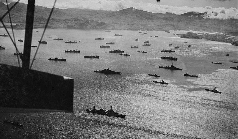 Американский флот, стоящий на якоре в гавани Адак, готов к десанту на остров Кыска.