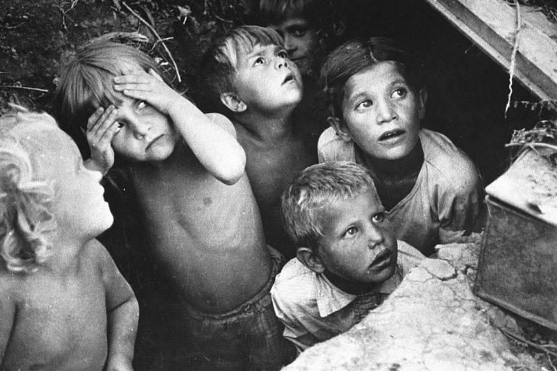 Дети в укрытии на окраине Кишинева. Июль 1941 г.