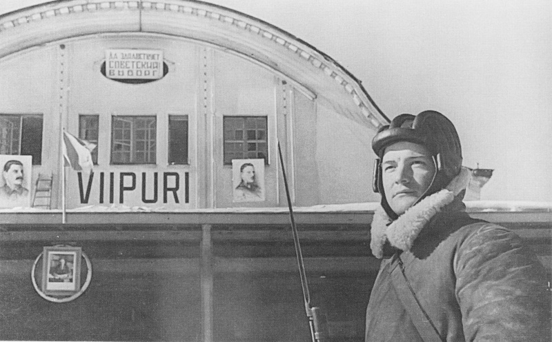 Красноармеец у железнодорожного вокзала Выборга. Март 1940 г.