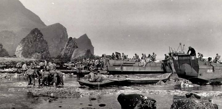 Тренировка высадки морских пехотинцев на острове Адак.