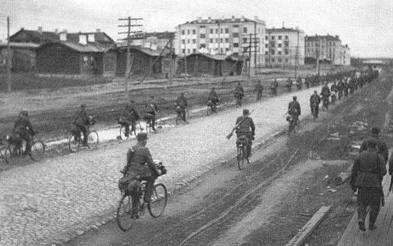 Финские войска занимают город. 2 октября 1941 г.