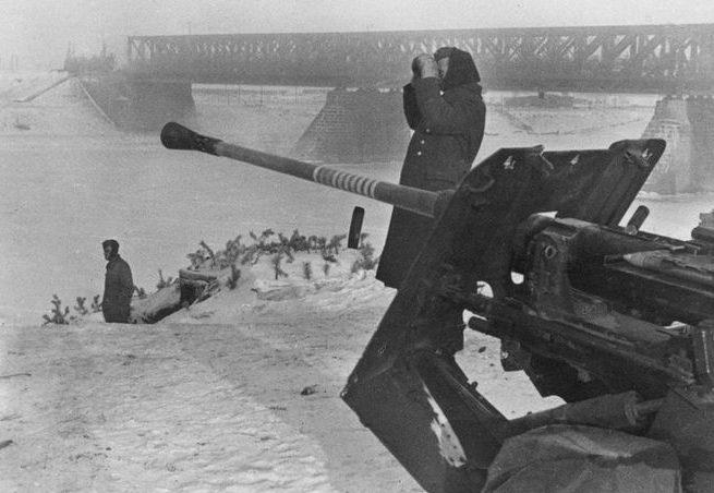 Немецкие зенитчики на позиции у железнодорожного моста через Волгу. Ноябрь 1941 г.