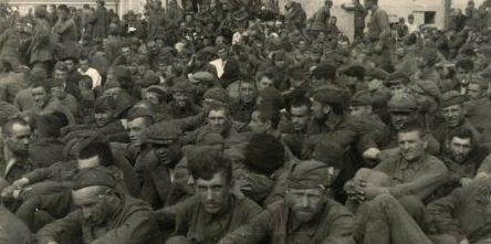 Советские военнопленные у театра. Июль 1941 г.