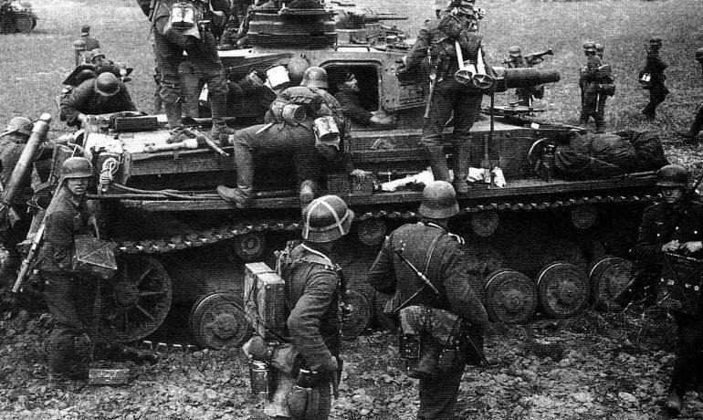 Немецкие пехотинцы у танка Pz.Kpfw. IV в районе Вязьмы. Октябрь 1941 г.