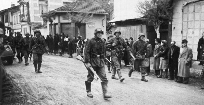 Болгары приветствует солдат во время вступления немецких войск в Болгарию для последующего нападения с ее территории на Югославию и Грецию. Март 1941 г.