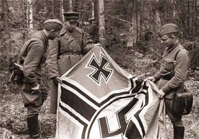 Захваченное немецкое знамя под Ельней. Сентябрь 1941 г.