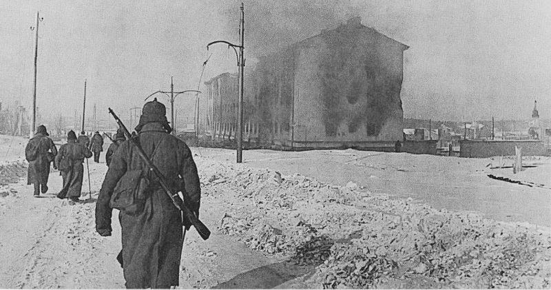 Красноармейцы в занятом городе. Март 1940 г.