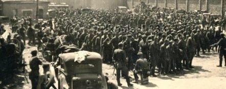 Советские военнопленные во дворе школы НКВД. Июль 1941 г.