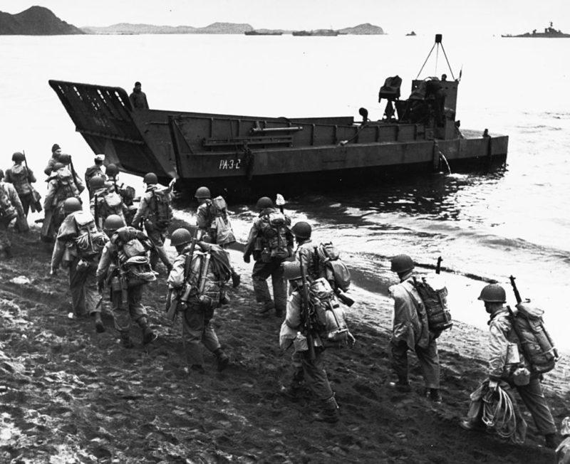 Американские пехотинцы на берегу о. Адак перед загрузкой на десантный корабль.