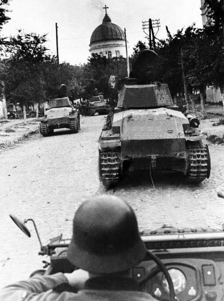 Румынские войска входят в город. 16 июля 1941 г.