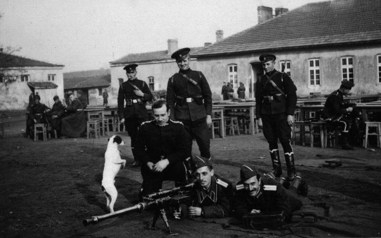 Болгарские офицеры с немецким оружием - 20-мм противотанковым ружьем «Солотурн». Март 1941 г.