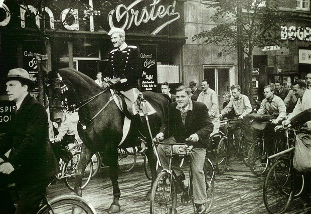 Король Дании Кристиан X на улице Копенгагена. 1940 г.