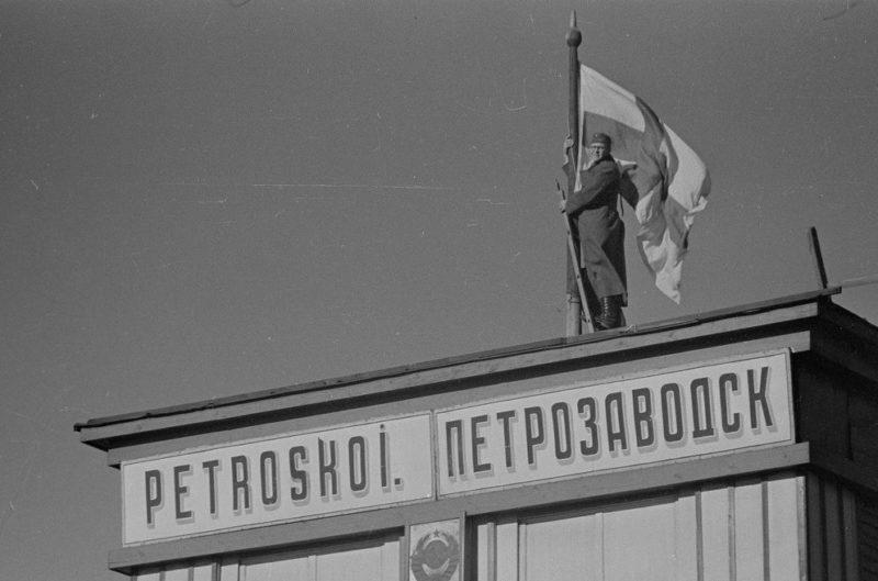 Финский флаг над железнодорожным вокзалом. 2 октября 1941 г.