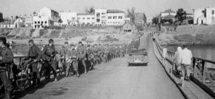 Немецкие войска и жители Витебска на мосту, построенному саперами Вермахта. Сентябрь 1941 г.
