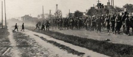 Военнопленные красноармейцы на улице Челюскинцев. Июль 1941 г.