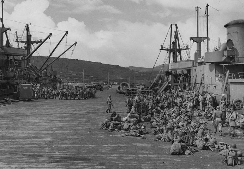 Погрузка войск на транспорт для вторжения в Кыску.