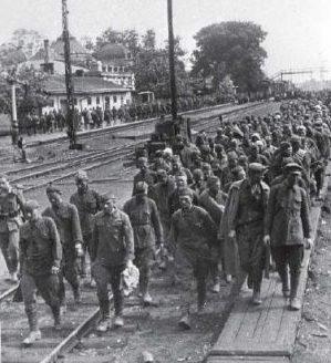 Советские военнопленные у железнодорожного вокзала. Июль 1941 г.