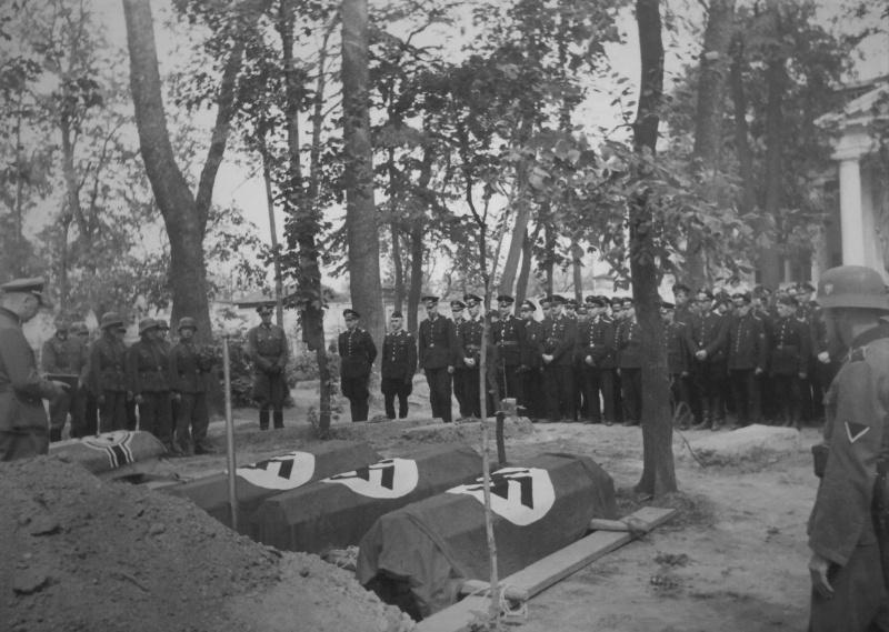 Похороны погибших немцев при подрыве поезда партизанами. 1943 г.