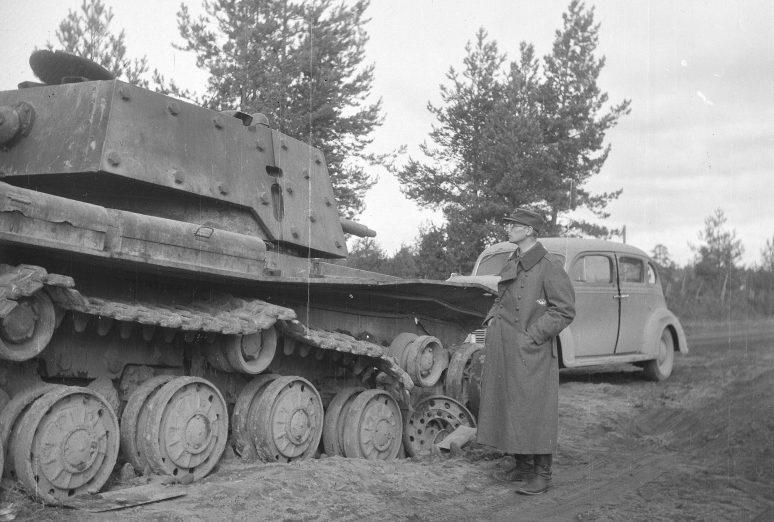Финский солдат у подбитого советского танка КВ-1. Октябрь 1941 г.