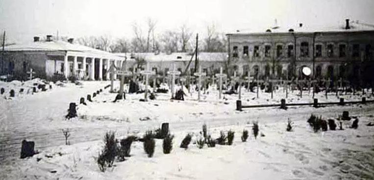 Немецкое кладбище в центре города на площади Революции. Ноябрь 1941 г.