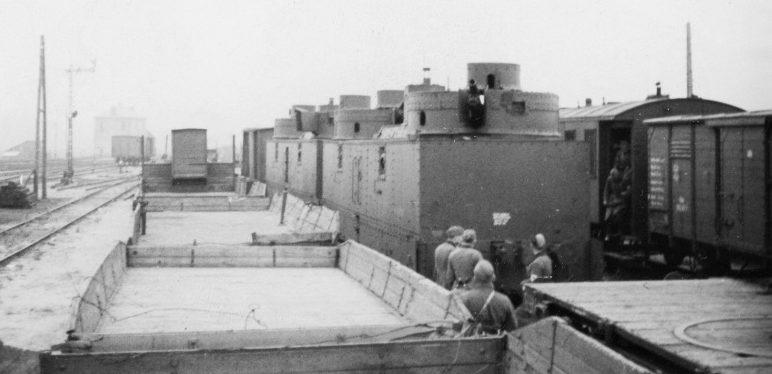 Бронеплощадки советского легкого бронепоезда ВС-60, захваченного немцами на станции в районе Гродно. Июнь 1941 г.