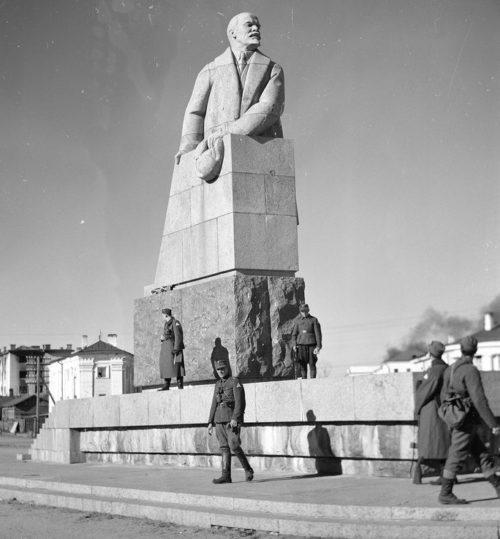 Финские войска у памятника Ленину. Октябрь 1941 г.