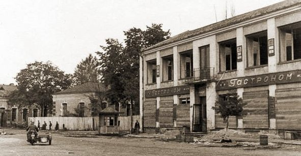 Улицы оккупированного города. 1943 г.