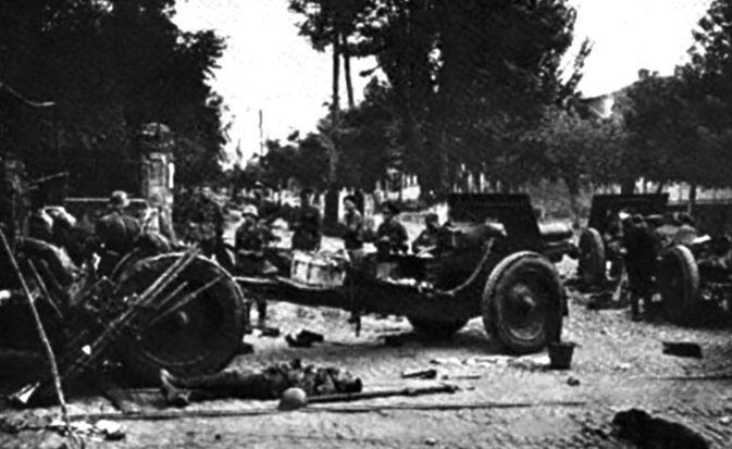 Разбитая советская техника на улице Колумна. Август 1941 г.