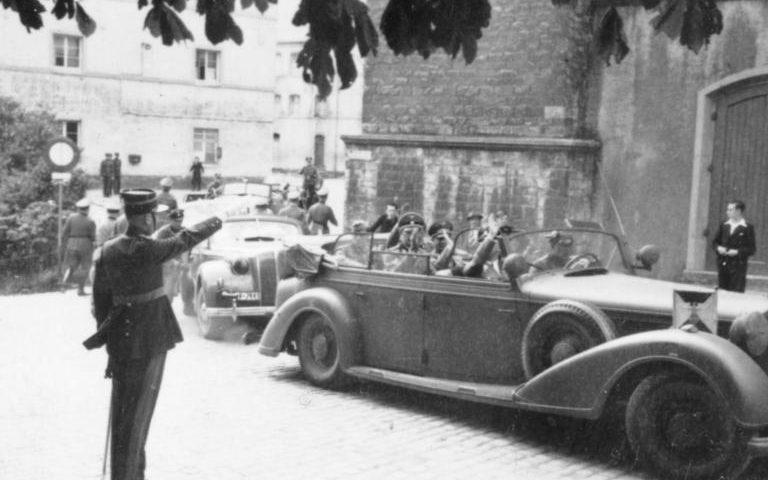 Полицейский-люксембуржец приветствует Генриха Гиммлера в Люксембурге. Сентябрь 1940 года.