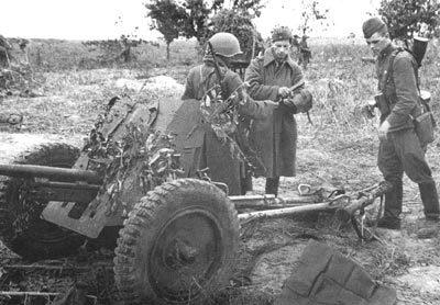Советские артиллеристы на позиции. Октябрь 1941 г.