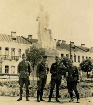 Немецкие солдаты у памятника Ленину. Август 1941 г.