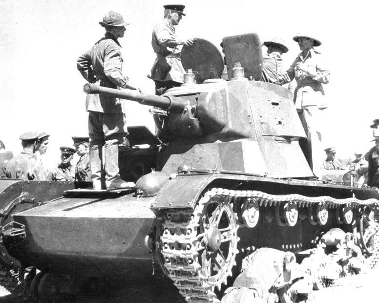 Британские солдаты осматривают советскую бронетехнику. 31 августа 1941 г.