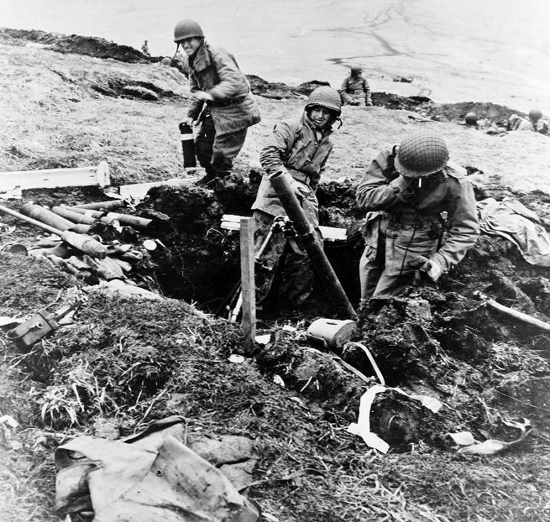 Минометный обстрел пустых японских позиций.