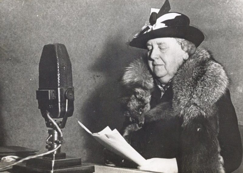 Королева Вильгельмина читает речь для «Радио Нидерланды». 1940 г.