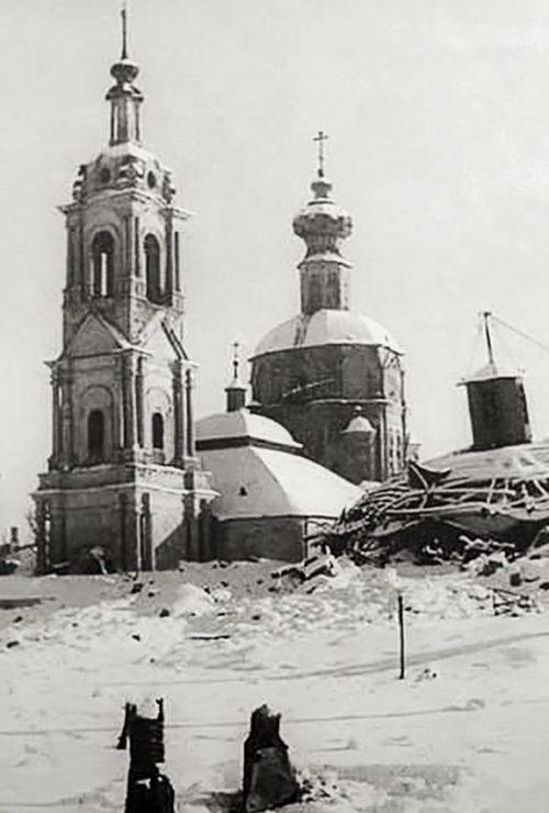 Взорванная Красной Армией водонапорная башня. Декабрь 1941 г.