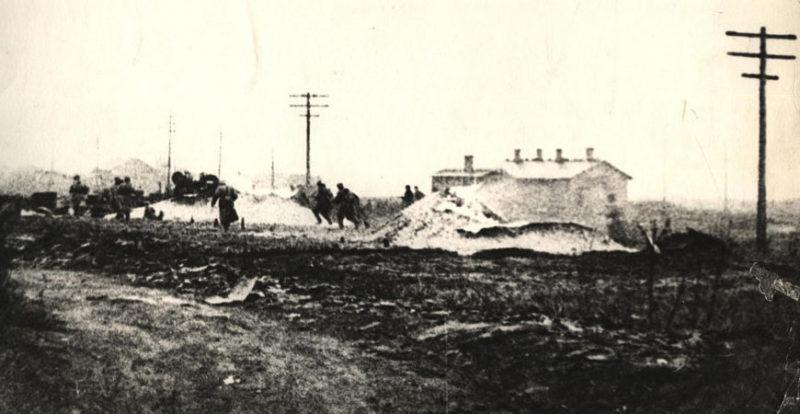 Красноармейцы ведут бой на окраине города. Ноябрь 1943 г.