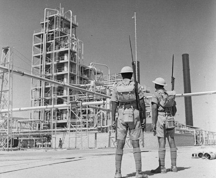 Индийские солдаты охраняют Абаданский нефтеперерабатывающий в Иране,. 4 сентября 1941 г.