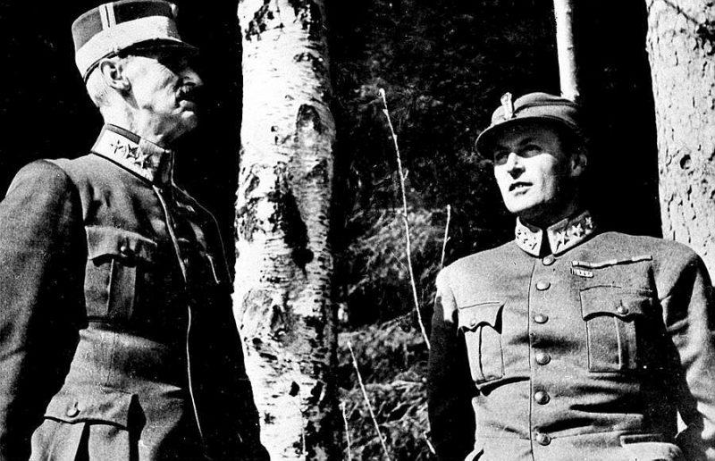 Король Хокон VII и кронпринц Олав укрываются в лесу на окраине Молде во время немецкой бомбардировки в апреле 1940 года.