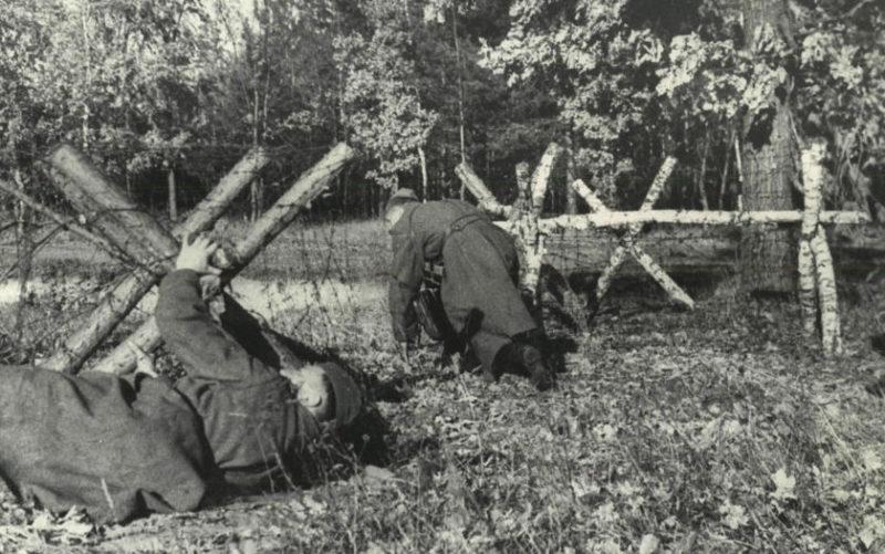 Красноармейцы преодолевают проволочное заграждение на подступах к городу. Ноябрь 1943 г.