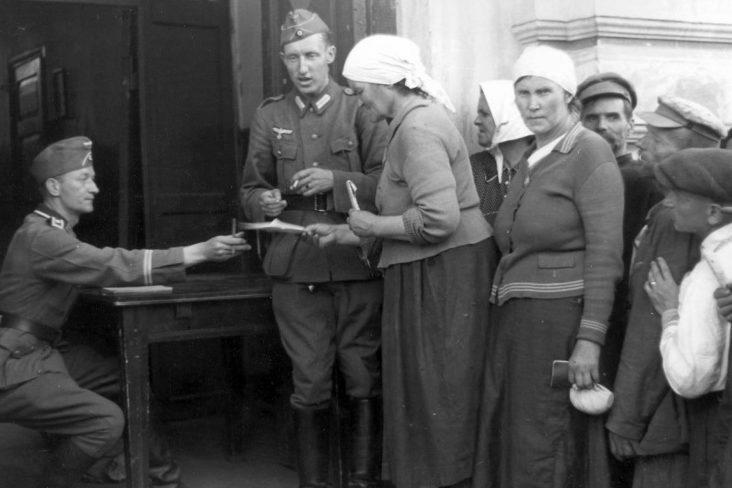 Местные жители на регистрации. 1941 г.