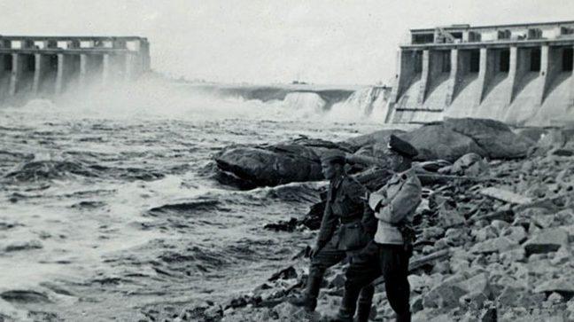 Немецкие солдаты у ДнепроГЭС. 1941 г.