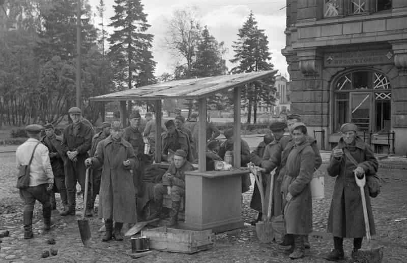 Советские военнопленные ремонтируют улицу перед парадом финских войск. 31 августа 1941 г.