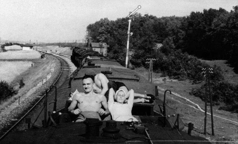 Персонал болгарского военно-санитарного поезда загорает на крыше вагона. Смоленск. 1942 г.