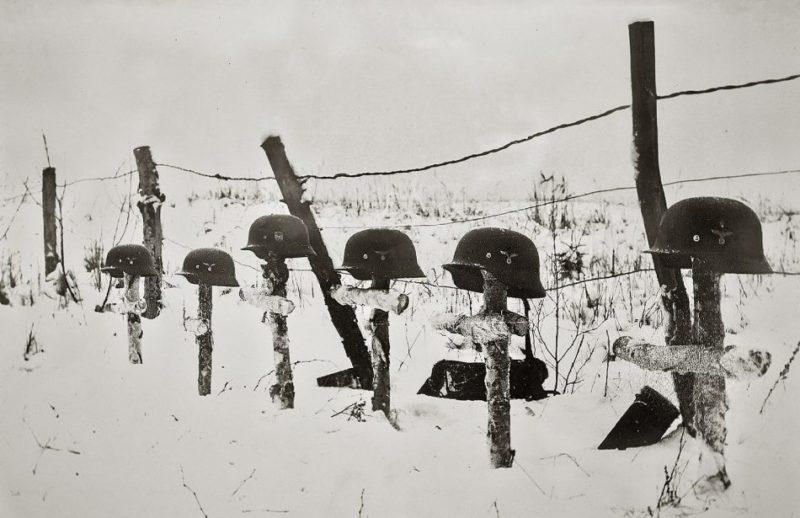Немецкие могилы в городском парке. Декабрь 1941 г.
