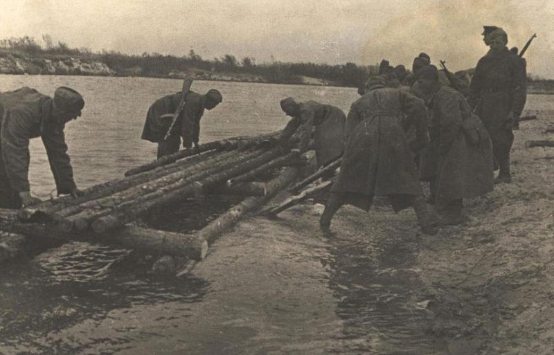 Сооружение переправы через реку Сож. Ноябрь 1943 г.