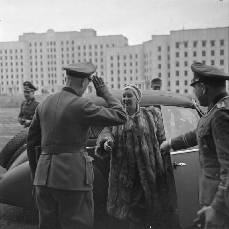 Немецкие офицеры встречают актрису в оккупированном Могилеве. 1941 г.
