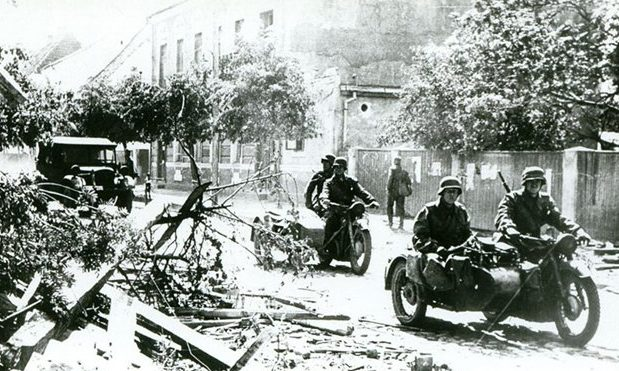 Немецкие войска входят в город. 7 октября 1941 г.