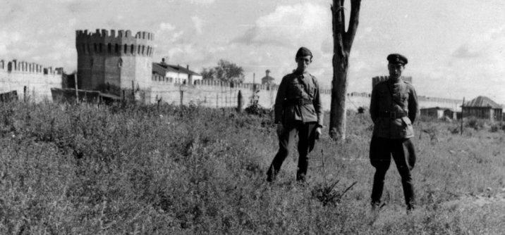 Болгары из состава команды военно-санитарного поезда на фоне смоленской крепости. 1942 г.