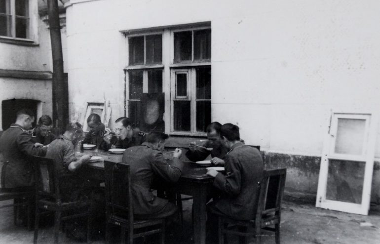 Военнослужащие СС обедают во дворе женского епархиального училища. 1941 г.